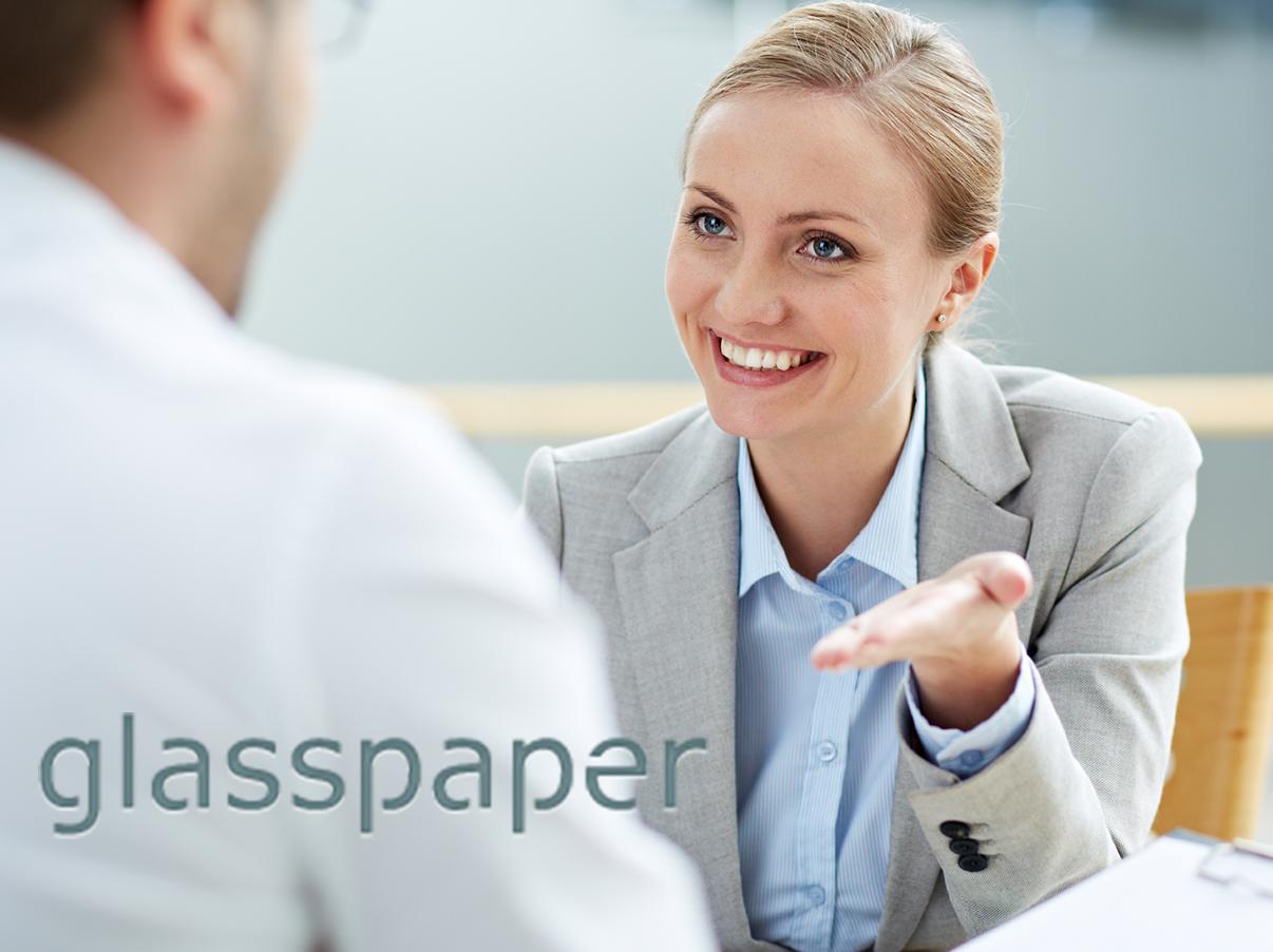 Dame fra Glasspaper i møte med en potensiell kandidat
