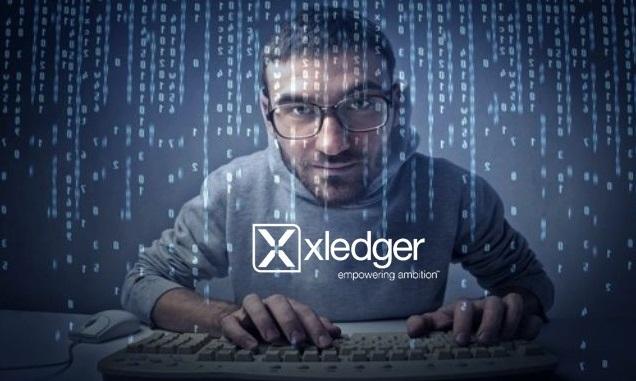 Mann forran et tastatur som koder i nettskyen