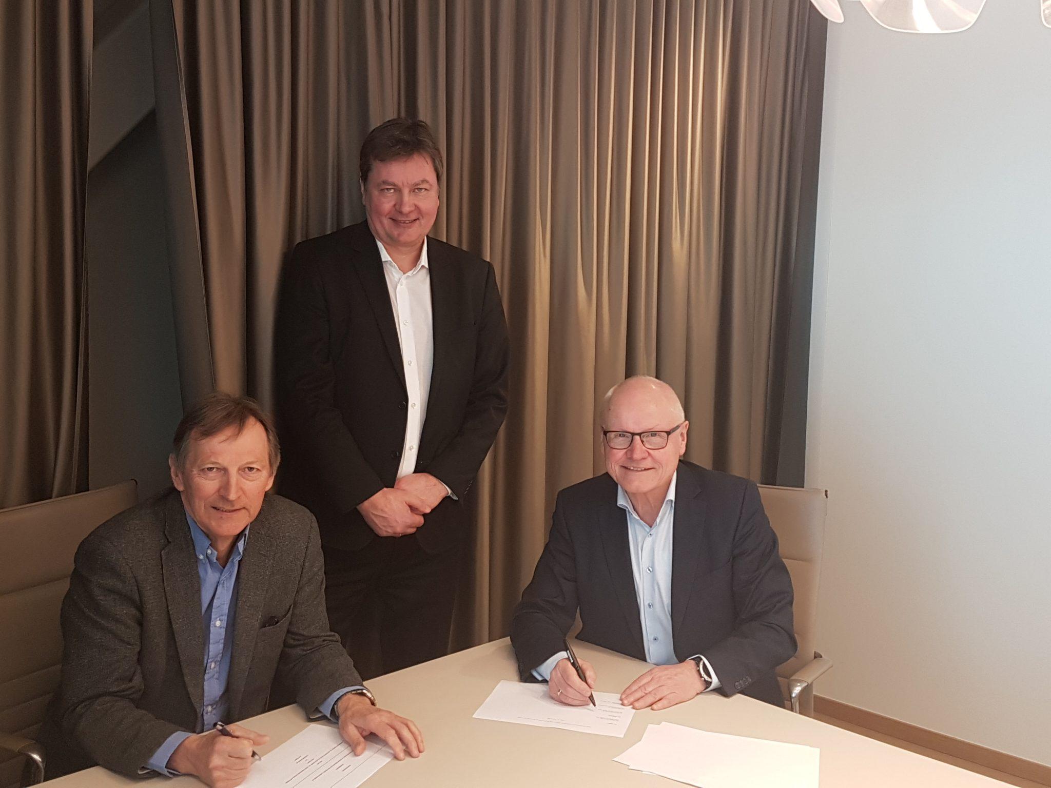Signering av avtale ved Karl Johan Jakola, Terje Hammerfjeld og Helge Strømme