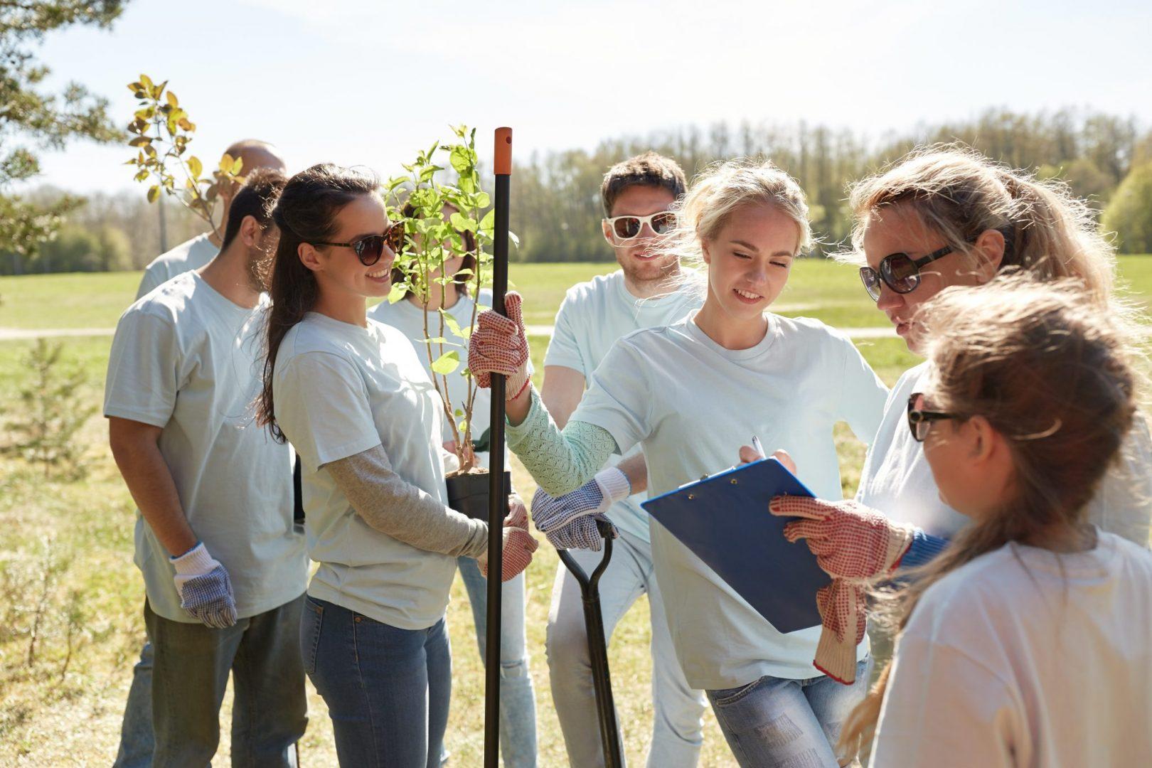 Unge medlemmer av en frivlillig organisasjon jobber med å plante trær