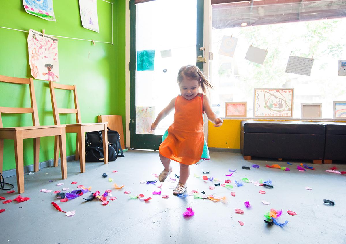 Jente som danser i en av barnehagene til Barnehagenett