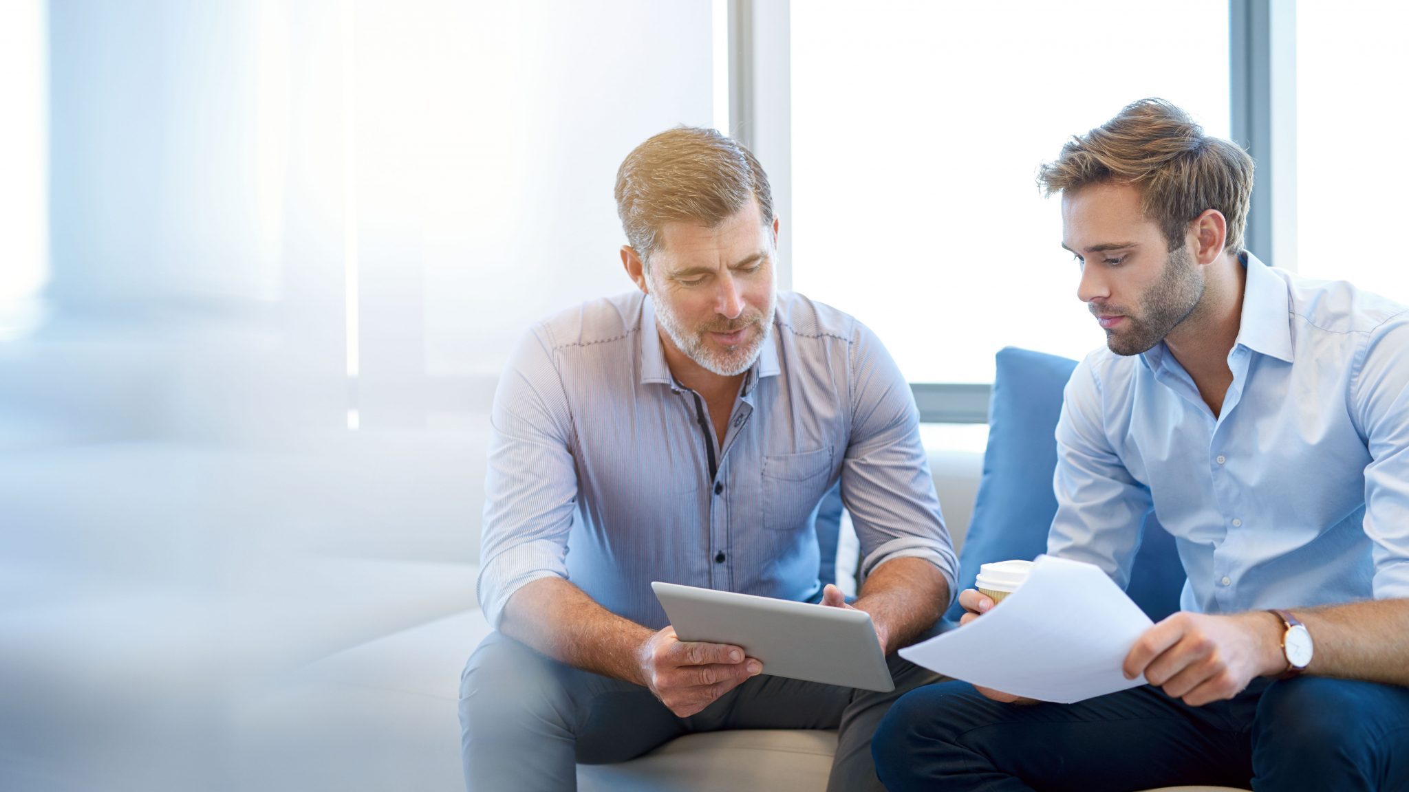 To menn som diskuterer innsikt automatisering i Xledger