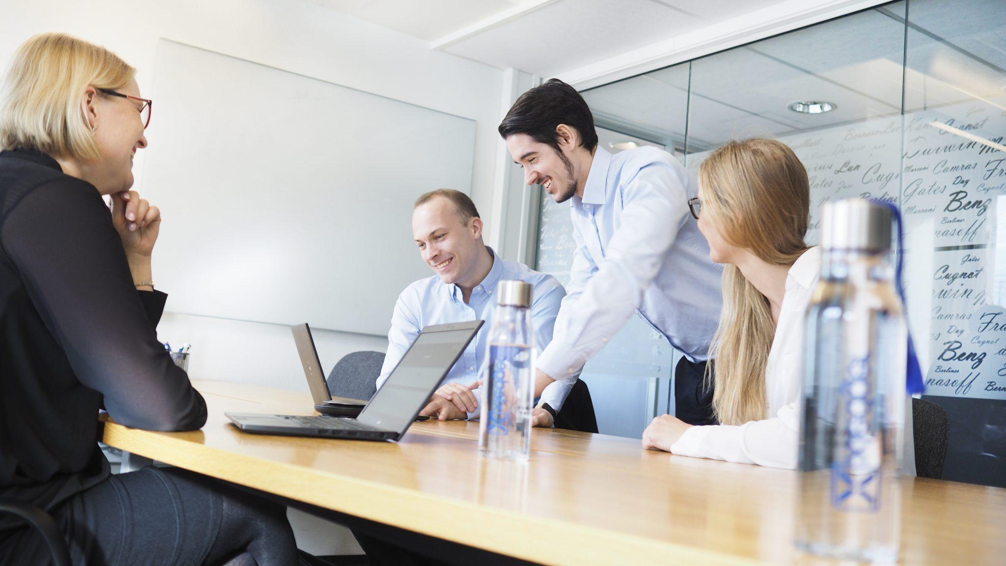 Xledger ansatte samarbider i møterom