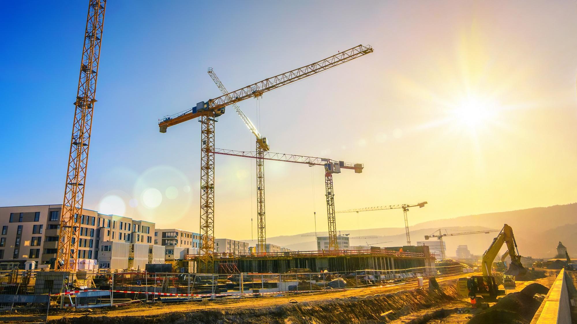 Heisekraner byggeplass illustrerer HAB entreprenør