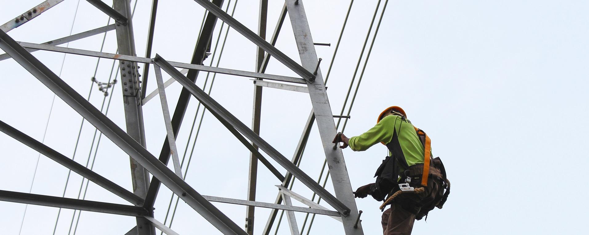 Ansatt i Ringerikeskraft klatrer i strømmast