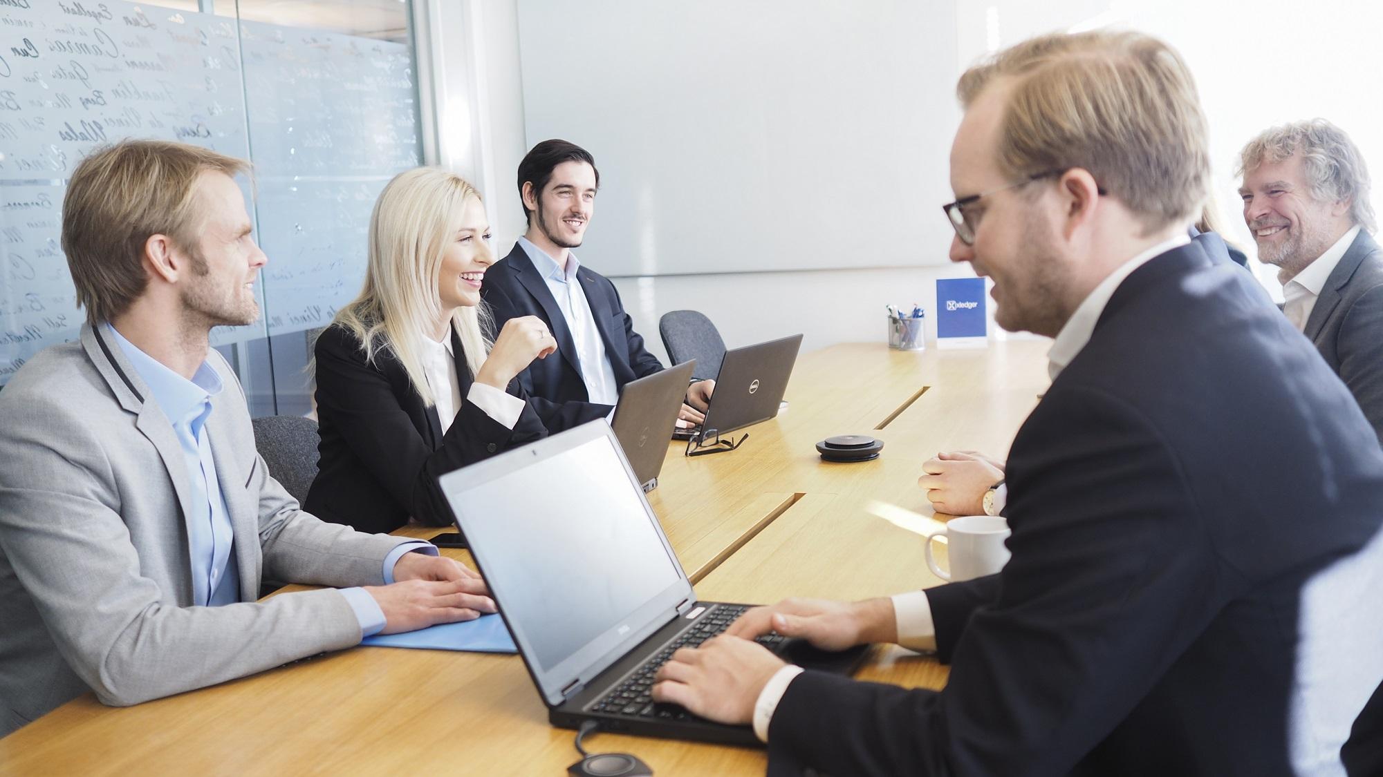 Gruppe mennesker som jobber i møterom, prosjektleder