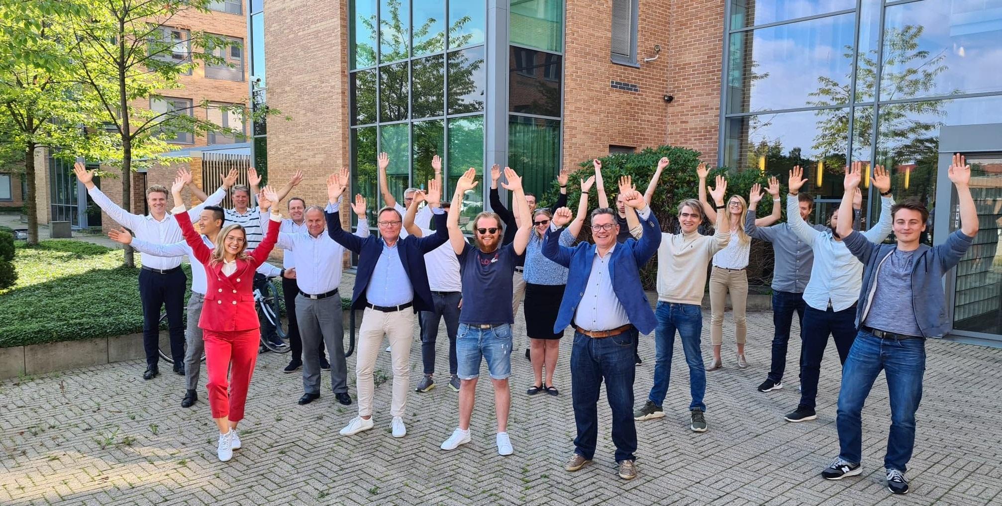 Xledger ansatte som jubler over IDC rapport