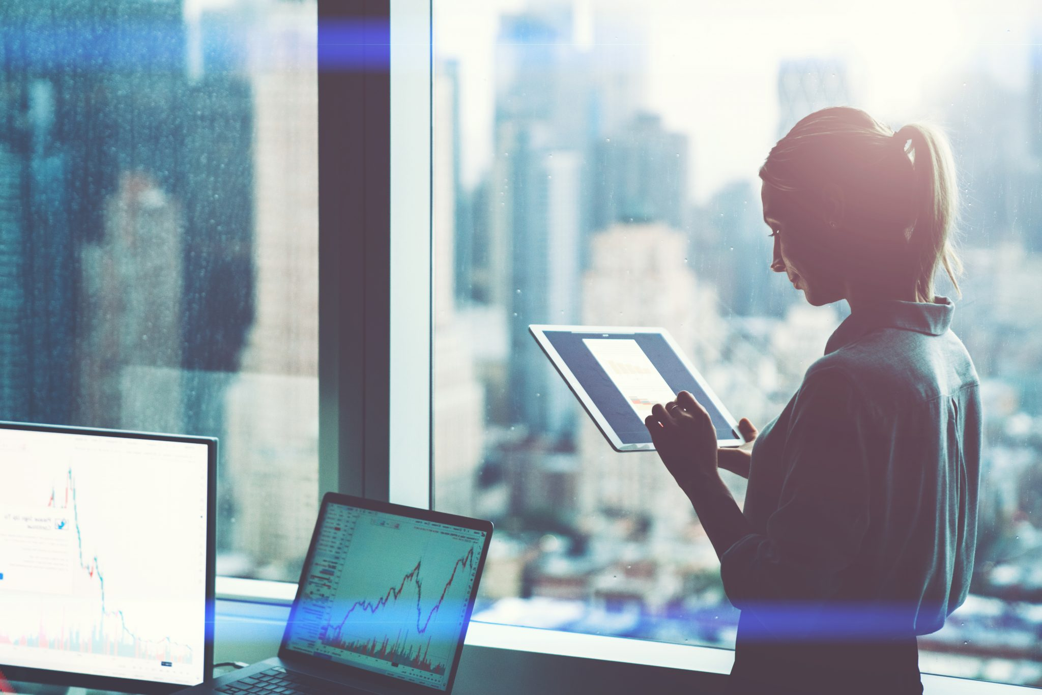 Kvinnlig CFO Analyserer Forretningsmodell På Nettbrett