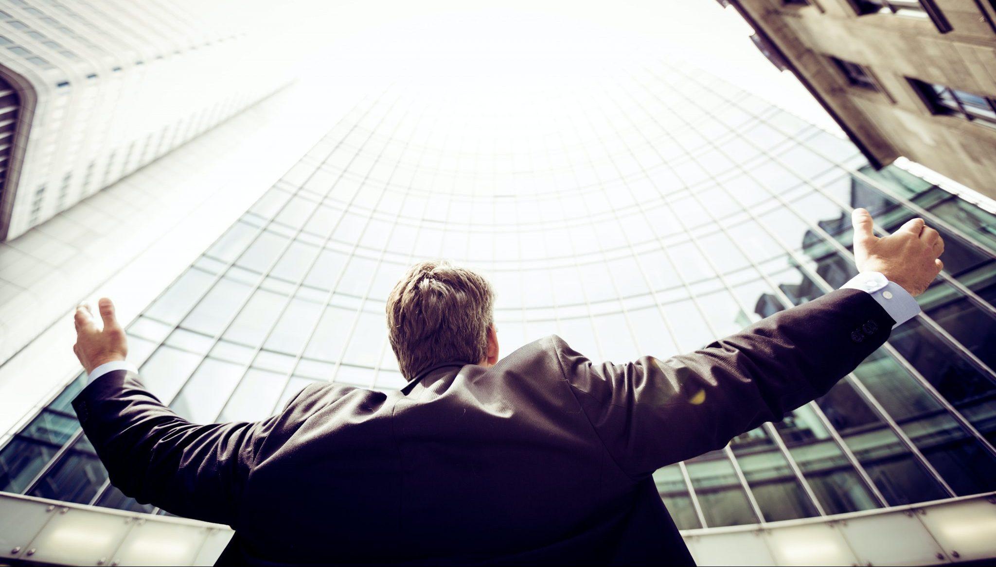 Verdens Heldigste CFO Ute Med Hode Og Hender Mot Himmelen