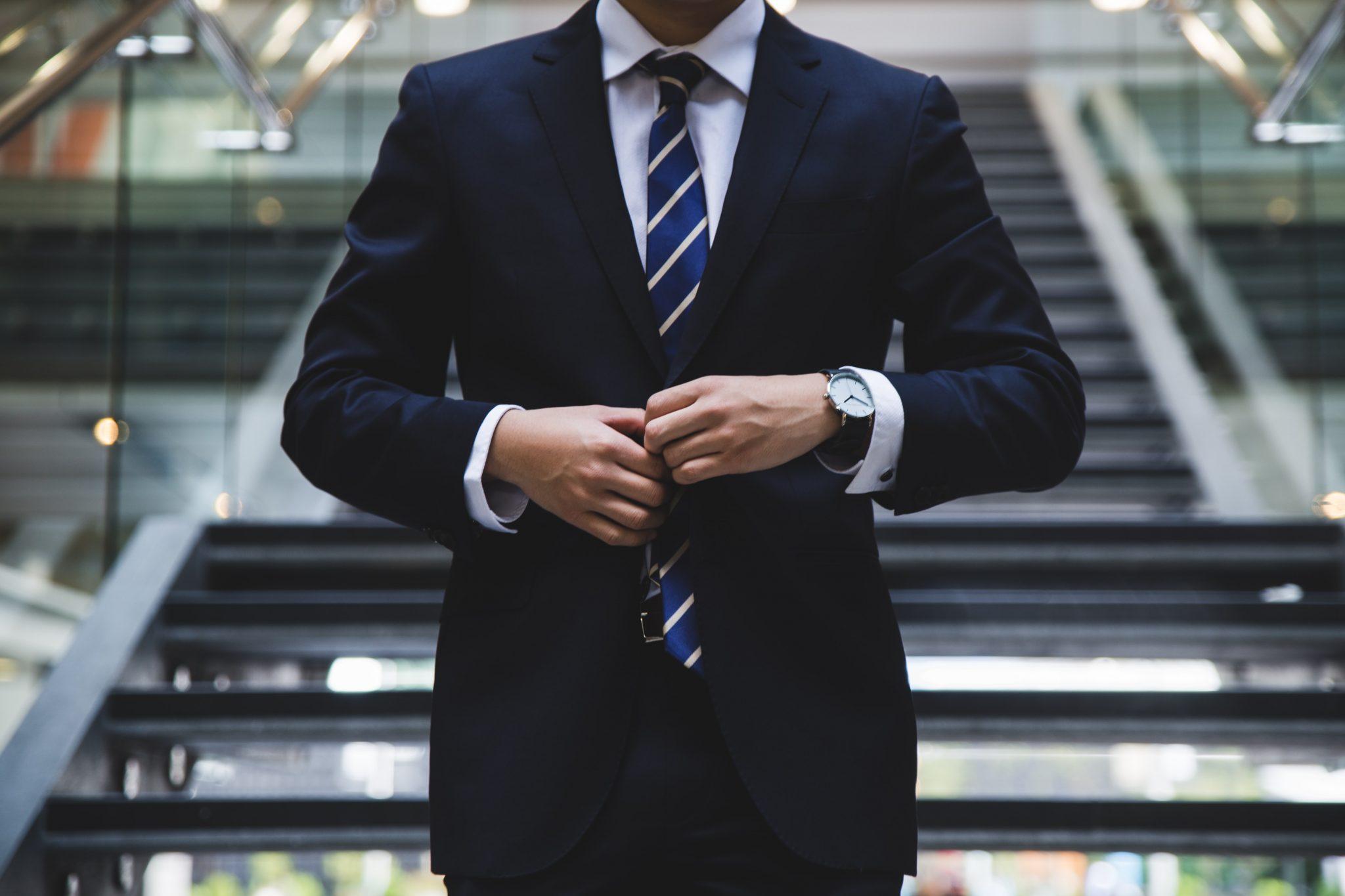 Mann i dress som går ned en trapp klar for flere digitale investeringer
