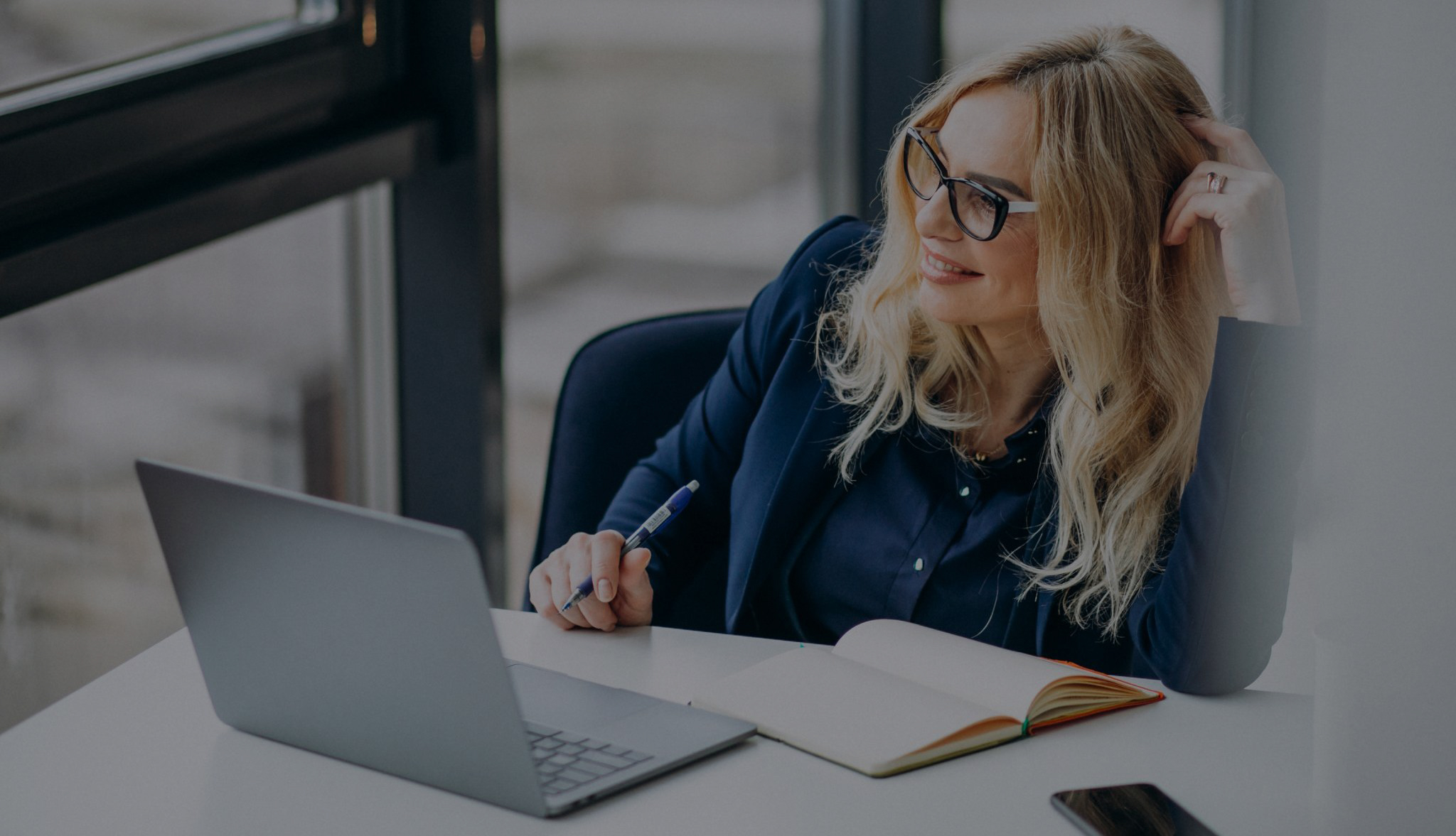 En Moderne kvinnelig CFO Sitter Ved Sin Pult