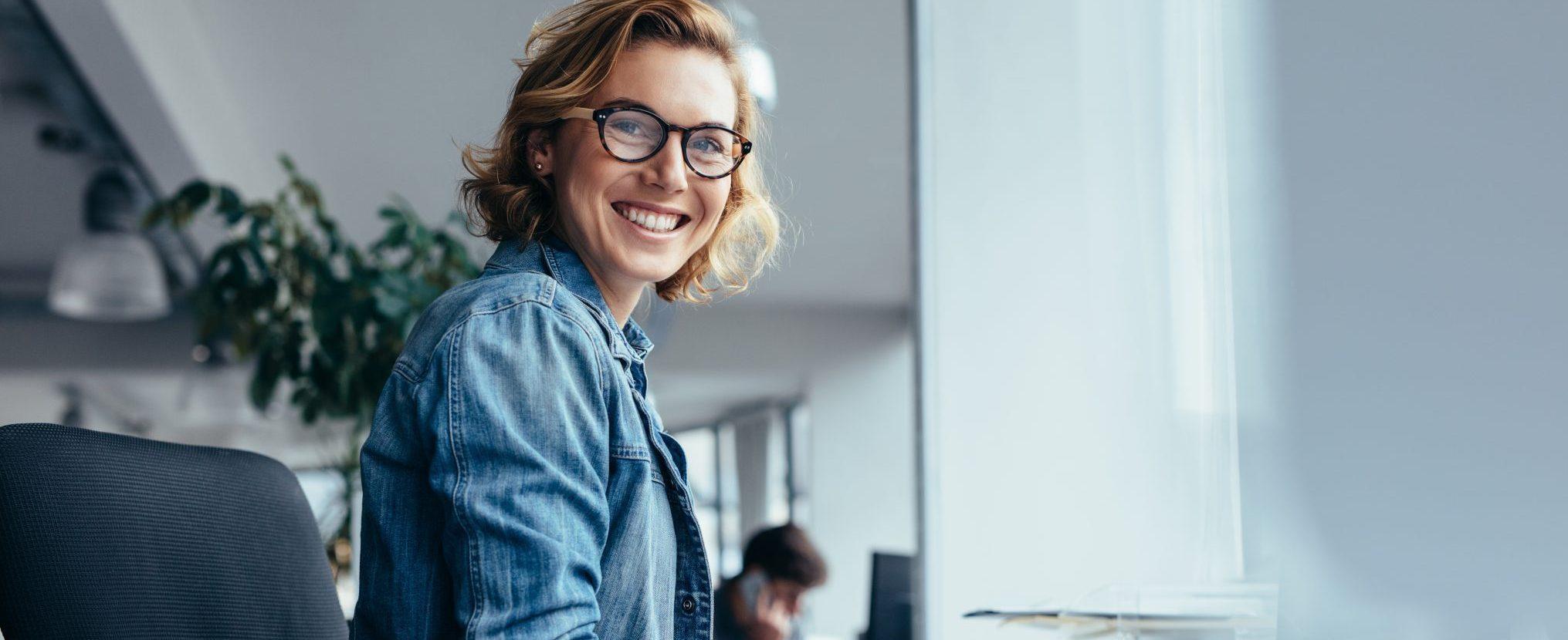 Bilde av en fornøyd dame etter en vellykket salgsprosess i Xledger