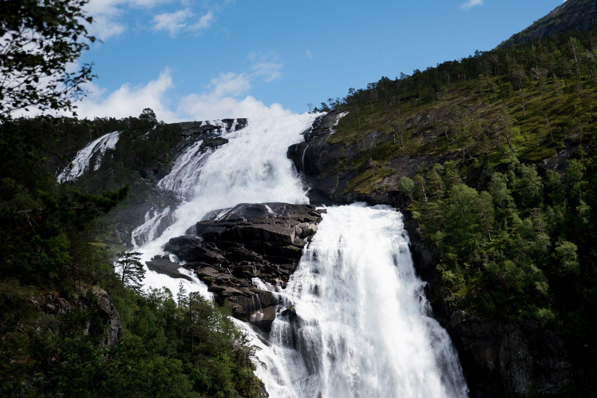 Bilde av fossfall for å illustrere vannkraft og kraftbransjen. Bildet er tatt av raimond-klavins-NnPw1o33b0E-unsplash