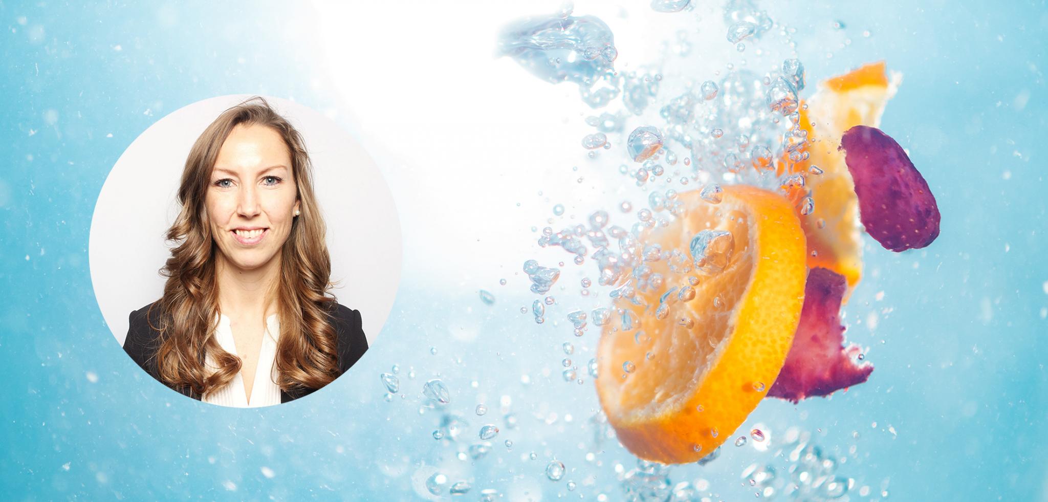 Appelsinskiver og kronblader som slippes i vann sammen med et profilbilde av Xledger ansatt Ellen Elisabeth Lien.