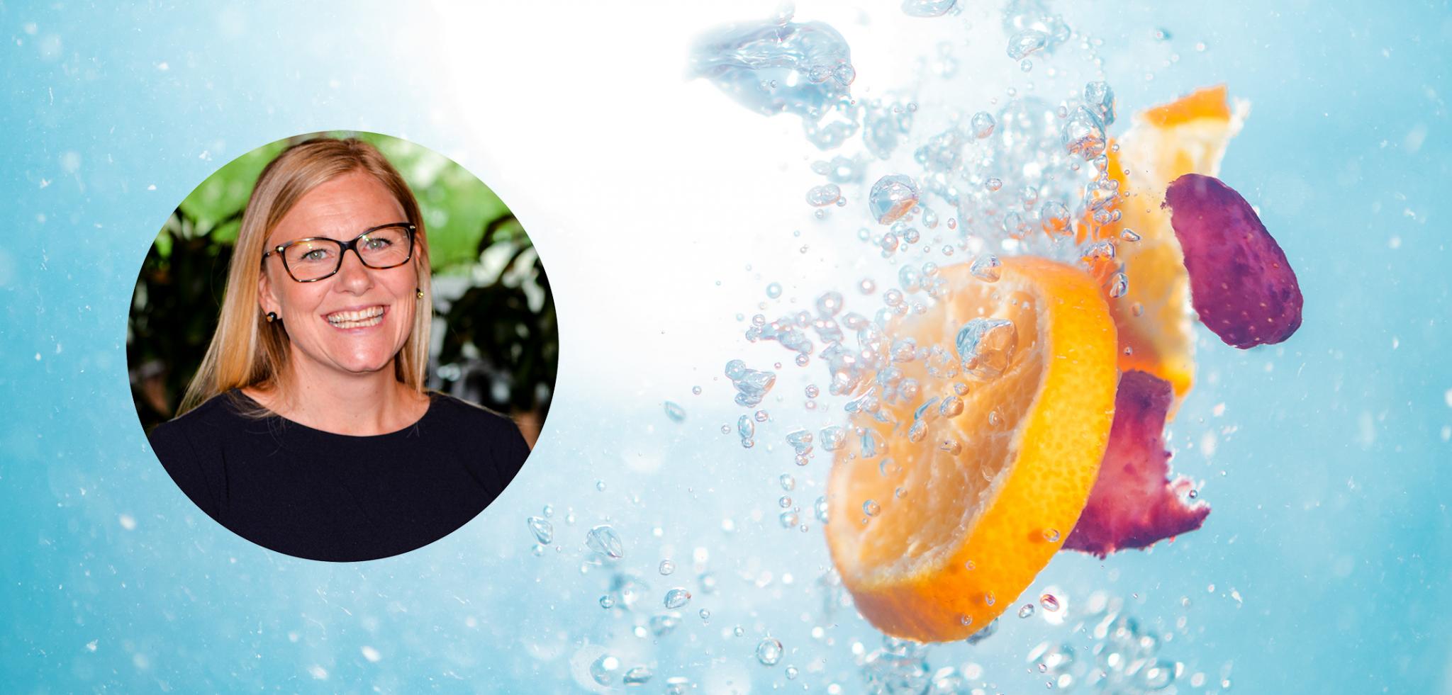 Appelsinskiver og kronblader som slippes i vann sammen med et profilbilde av Xledger ansatt Henriette Fonager.