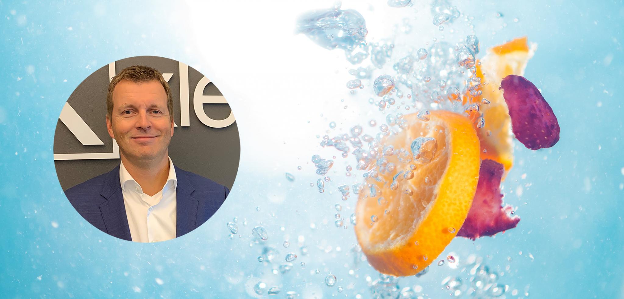 Appelsinskiver og kronblader som slippes i vann sammen med et profilbilde av Xledger ansatt Ove Jørgen Carlsen.